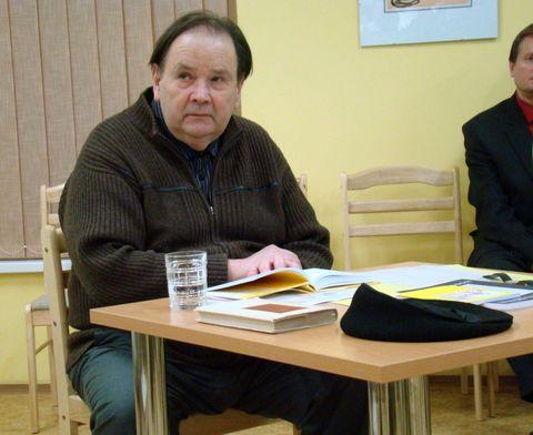 Jiří Kuběna pozorně naslouchající
