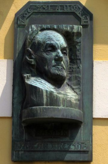 pamětní deska na budově muzea Otokara Březiny