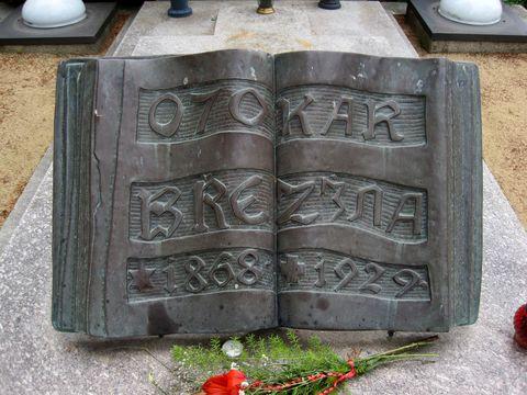autorem výtvarných děl na hrobě O. Březiny je jeho přítel František Bílek