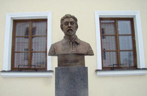 Karel Václav Rais před farou v Kameničkách