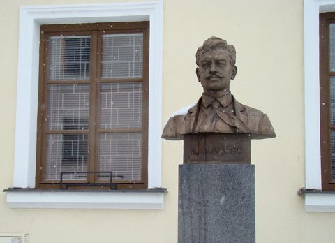 Antonín Slavíček před galerií v bývalé faře v Kameničkách