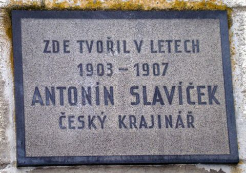 deska na domku, kde bydlíval A. Slavíček, byla odhalena v roce 1961