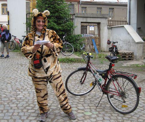 hlavní organizátorka Míla Bradová se tváří vlídně, i když oblékla kostým tygřice