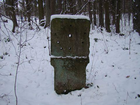 kamenná stéla na upevňování terčů