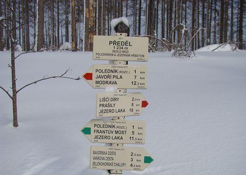 rozcestník na Předělu, sedle mezi Poledníkem a Jezerním hřbetem
