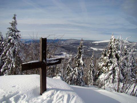 od vrcholové skalky s křížem je výhled na Velký Javor