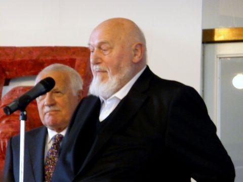 profesor Jan Koblasa při vernisáži výstavy