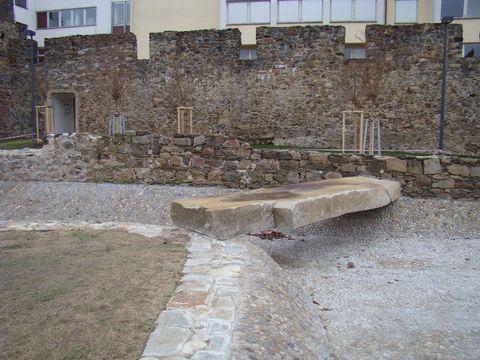 kamenný monolit přes vodu