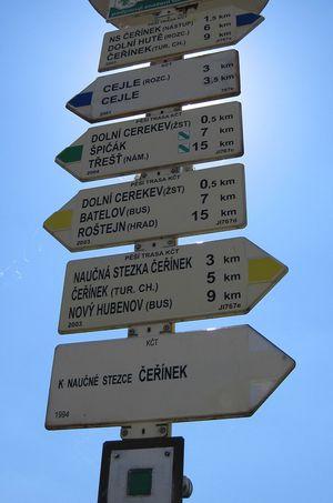 směrovník v Dolní Cerekvi, kde začíná zelená trasa do Třeště