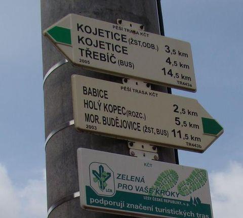 rozcestník u Loukovic se základními údaji o dnesní trase