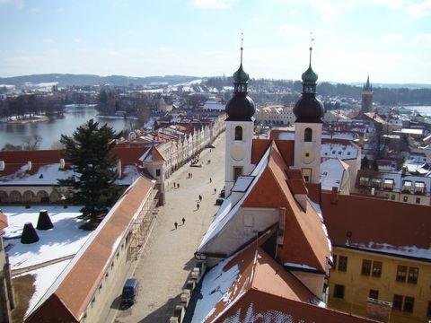 pohled z věze sv. Jakuba na náměstí, v popředí věze kostela Jména Jezís