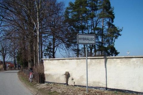 kámen zasazený do hřbitovní zdi