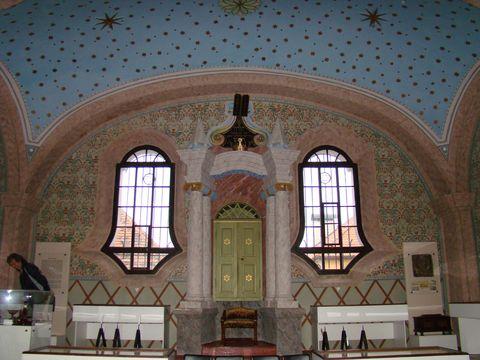čelní stěna synagogy