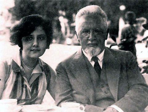 manžel Justiny Arnold Rosé s dcerou Almou v roce 1927