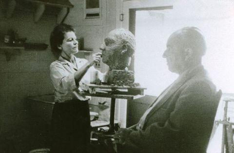 Ernst Krenek sedí modelem Anně Mahlerové