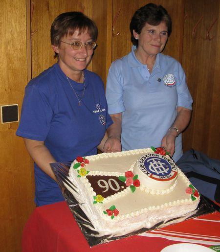 u čeřínkovského dortu hrdě pózují Věra Veselá, autorka, a Míla Bradová
