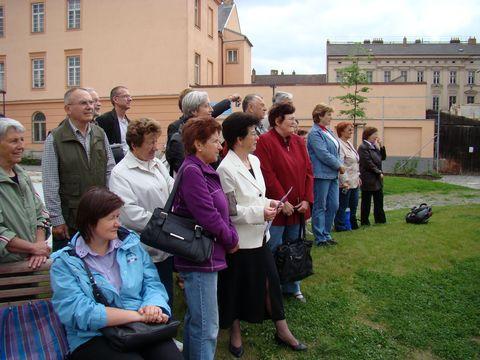 turisté pozorně poslouchají písně v podání studentů gymnázia 1