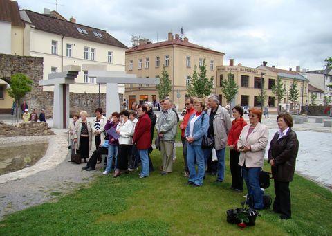 turisté pozorně poslouchají písně v podání studentů gymnázia 2