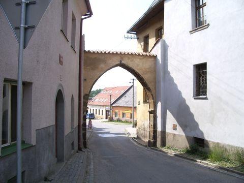 gotická brána na Sezimově nám.
