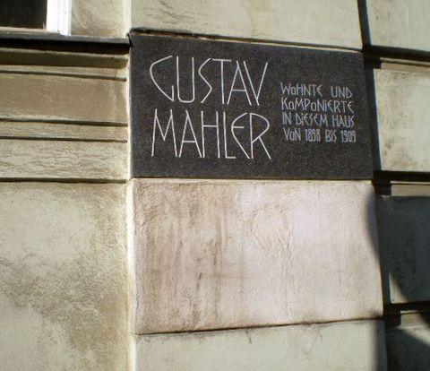 pamětní deska na domě, kde bydlel Gustav Mahler