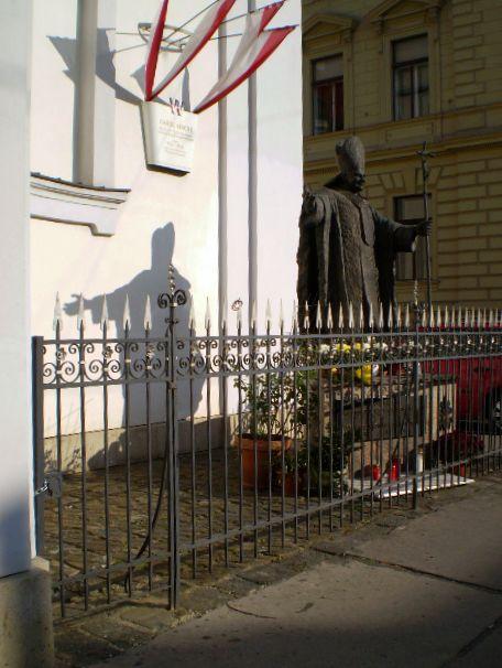 socha papeže u Gardového kostela ve Vídni