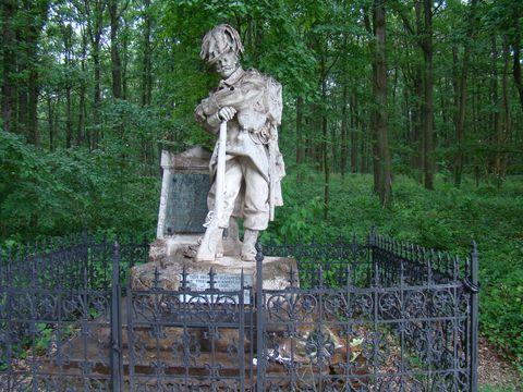mranorový památník polním myslivcům na konci Aleje mrtvých v lese Svíb