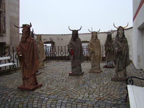 na nádvoří zámku v Zirovnici nás očekávají minotaurové