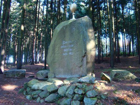 památník u rybníka Bor
