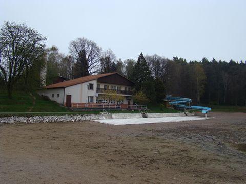 ubytovna za vypustěným rybníkem
