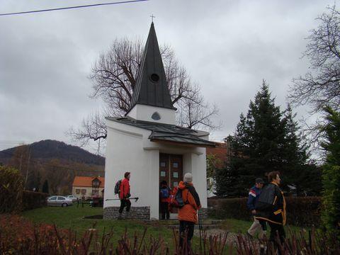 kaple sv. Václava na návsi v Bílce - v pozadí Milesovka