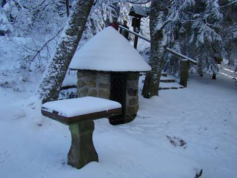 bělostně prostřený kamenný stůl u Studánky Páně