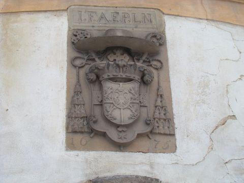 arcibiskupský znak nad vjezdem do zámku