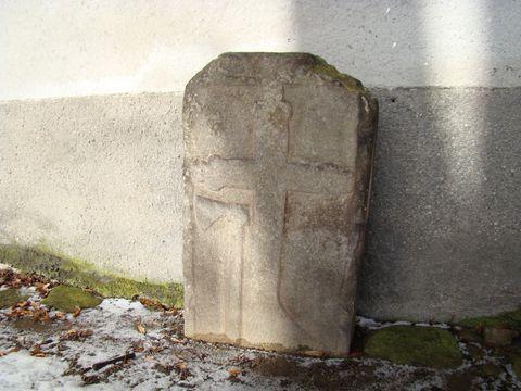 pamětní křízový kámen u zdi kostela