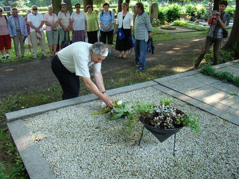 předseda odboru KČT Čeřínek klade kytku na hrob zakládající členky KČT Sokol Bedřichov