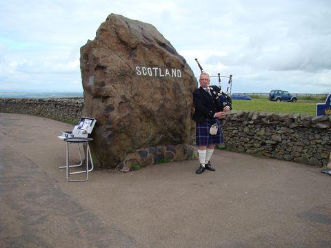 na symbolické skotské hranici je veselo