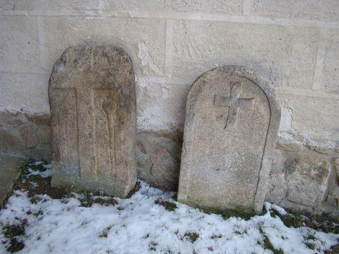 v zámecké zahradě u zdi kaple jsou dva originály smírčích kamenů