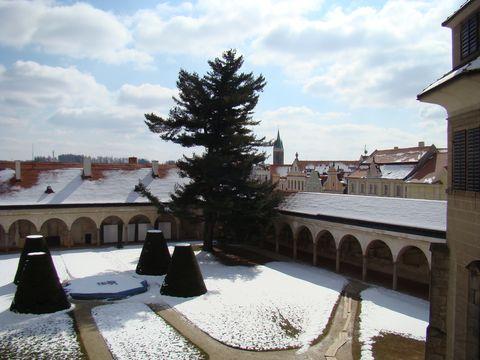 pohled na zahradu a galerii Jana Zrzavého