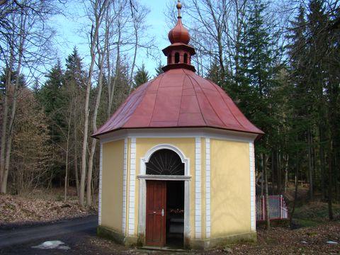 kaplička u Svatoanenské studánky s léčivou vodou