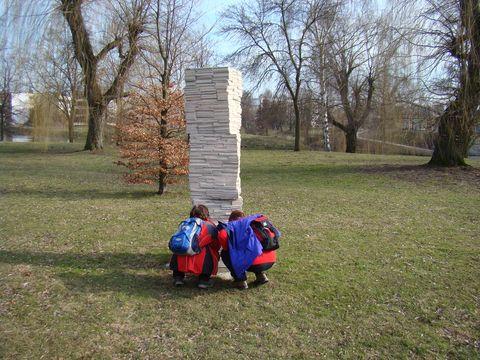 nápad sochaře nás dostal do kolen
