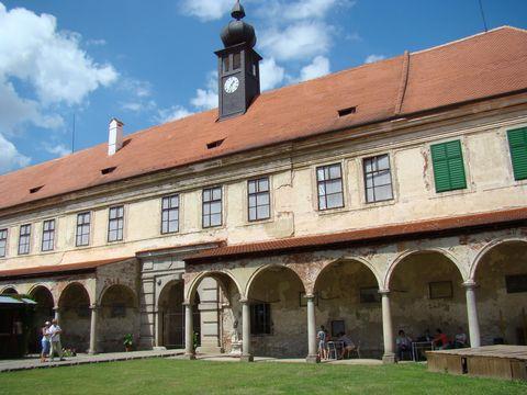 zámek Uherčice, vstup