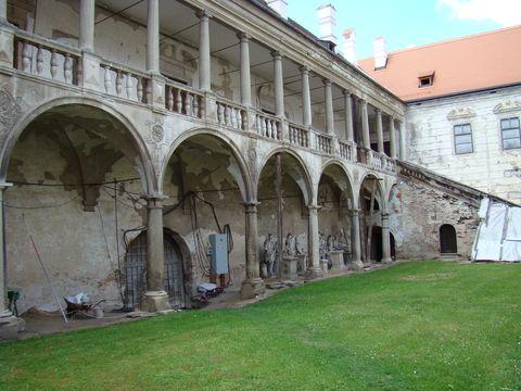 nádvoří zámku Uherčice