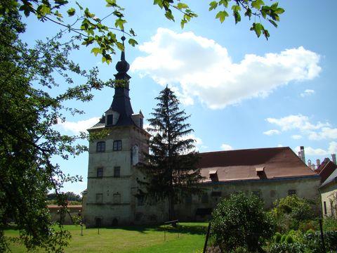 renesanční zámecká věz a hospodářské budovy