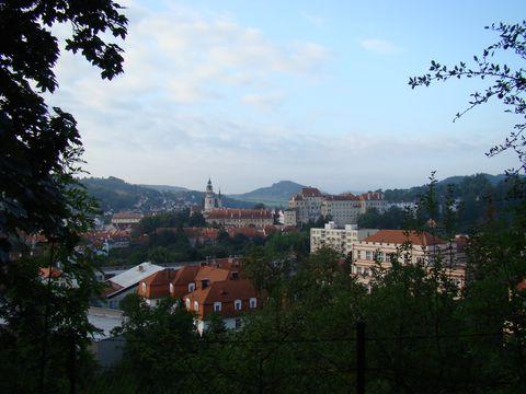 město v ranním oparu