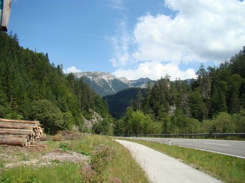 cyklostezka vede údolím řeky Mürz
