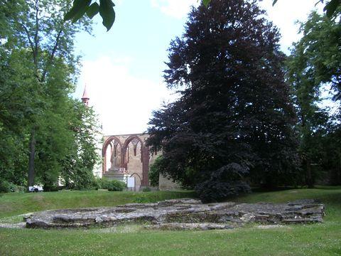 pohled z kláąterní zahrady