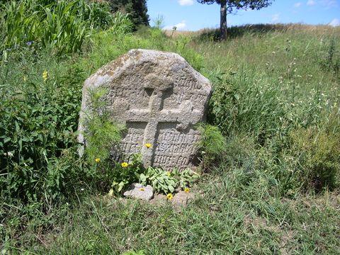smírčí kámen u silnice na Humpolec