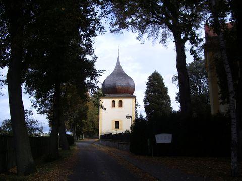 zvonice na hřbitově