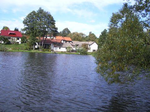 rybník ve vsi Heřmaneč