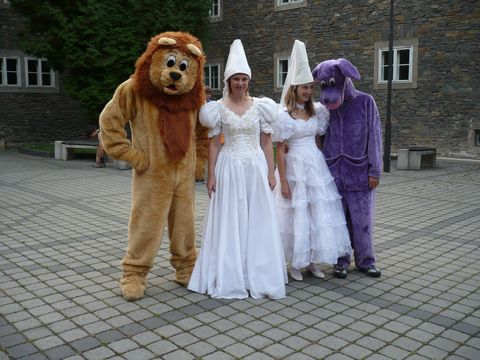 vítaly nás Bílé paní v doprovodu bodyguardů