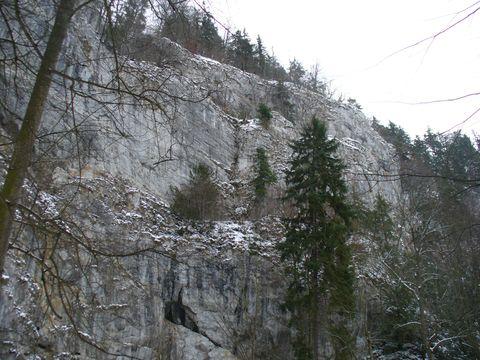 140 m vysoký skalní masiv nad Punkevními jeskyněmi